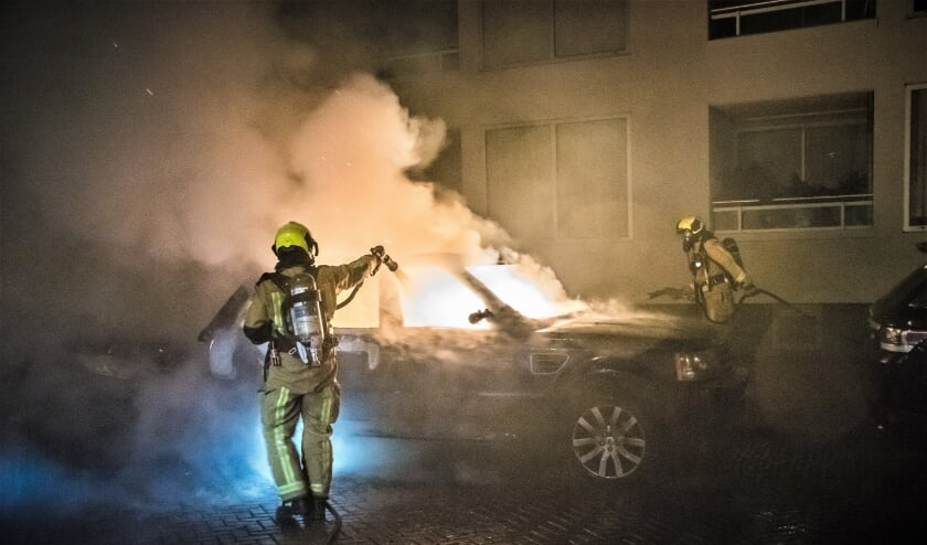 <p>Ondanks het snelle optreden van de brandweer kon niet worden voorkomen dat de Range Rover werd verwoest (foto: Sebastiaan Barel).</p>