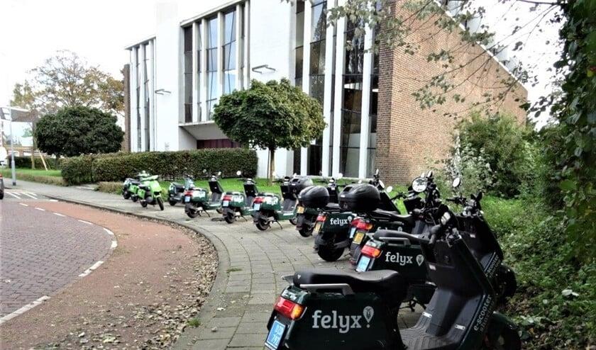 <p>Een rij deelscooters op de Fonteijnenburglaan in Voorburg (foto: Ap de Heus). </p>