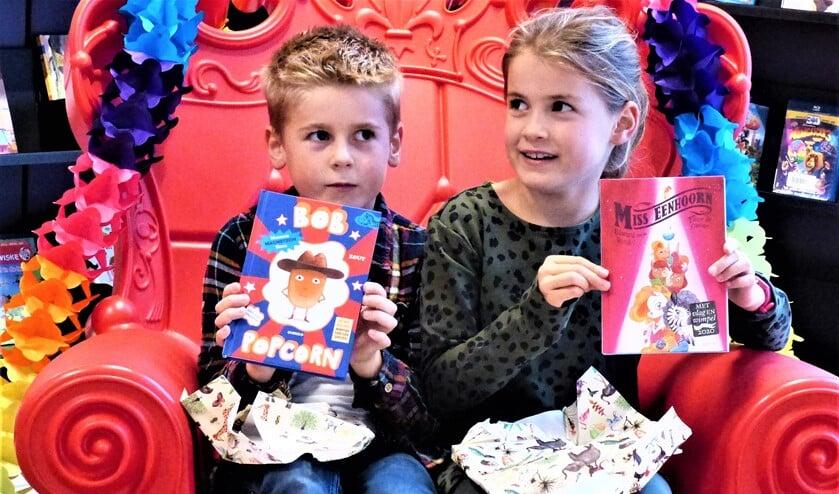 <p>Lente en Olaf met hun gewonnen boek (foto: Bibliotheek aan de Vliet).</p>