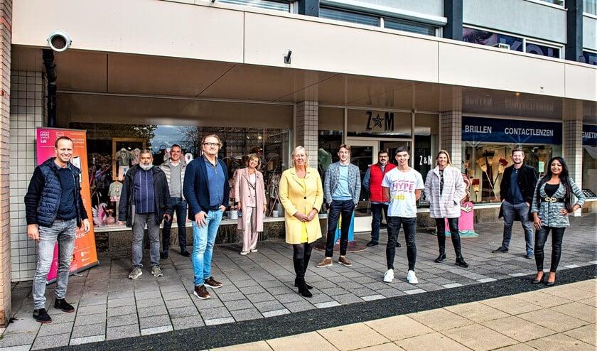 <p>&nbsp;De kick-off van het HYPElab door wethouder Astrid van Eekelen met enkele winkeliers en een student.(foto: Michel Groen).&nbsp;</p>