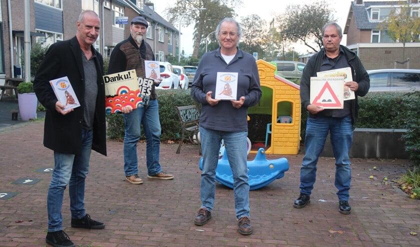<p>Twee muziekmaffe samenstellers (achteraan) overhandigden zaterdag het verzamelelpeeboek aan Paul Bergen en Scal Langelaan.</p>