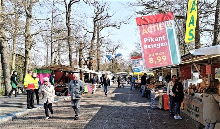 <p>De weekmarkt op het Oosteinde in Voorburg in coronatijd (archieffoto).</p>