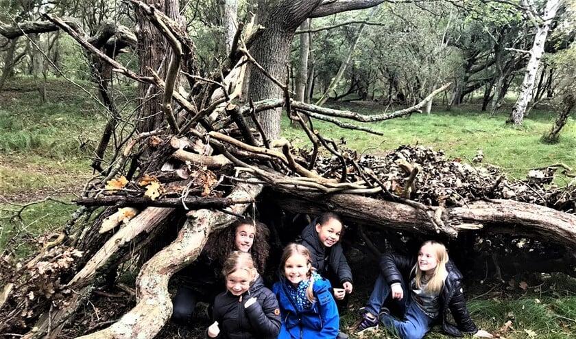 <p>Ook gingen de kids hutten bouwen in het Monkeybos, speuren naar sporen met de duinwachter, strandjutten, schatgraven en water zuiveren bij de duincampus (foto: pr SenW ).</p>