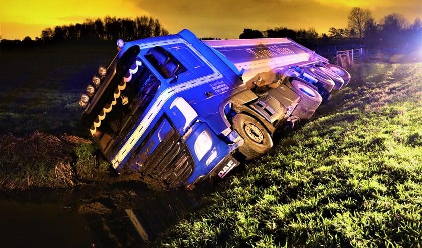 <p>De vrachtauto in de sloot langs de N206 (Oosteinde) tussen Stompwijk en Zoeterwoude (foto: Koen Jongen).</p>