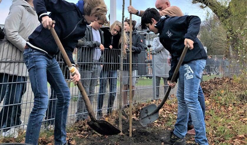 <p>De serviceclubs Innerwheel Voorburg en Rotary Voorburg boden leerlingen vorige week een alternatieve Boomfeestdag aan (foto: pr).</p>