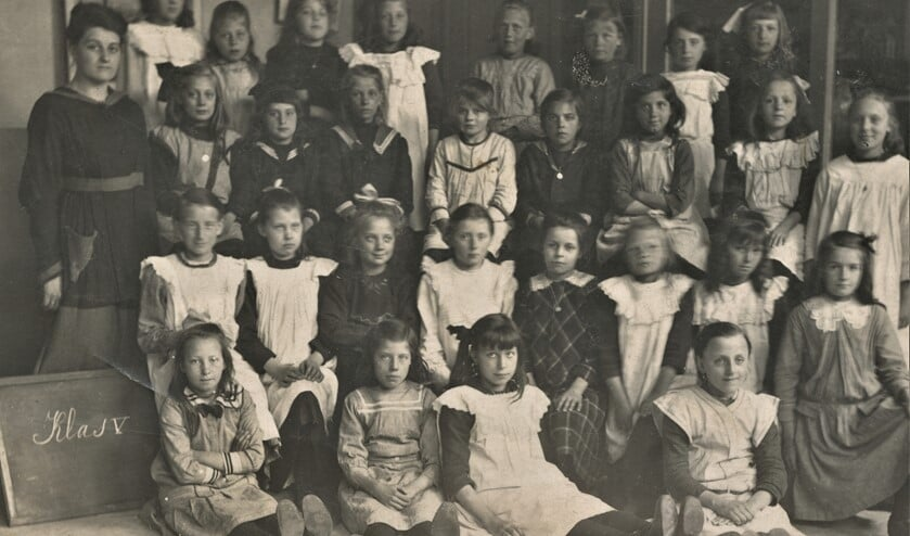 <p>De 5e klas van de St. Jozefschool in de Damstraat rond 1918 met juffrouw Faas (foto: Marry Remery-Voskuil).</p>
