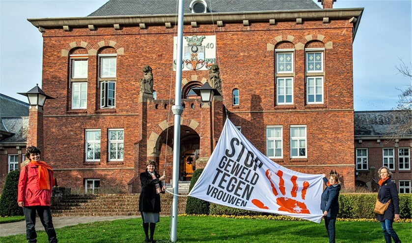 In het kader van de internationale campagne Orange the World hees wethouder Juliete Bouw vanmorgen,samen met de Soroptimisten de Orange the World Vlag (foto: Barbara Koppe).