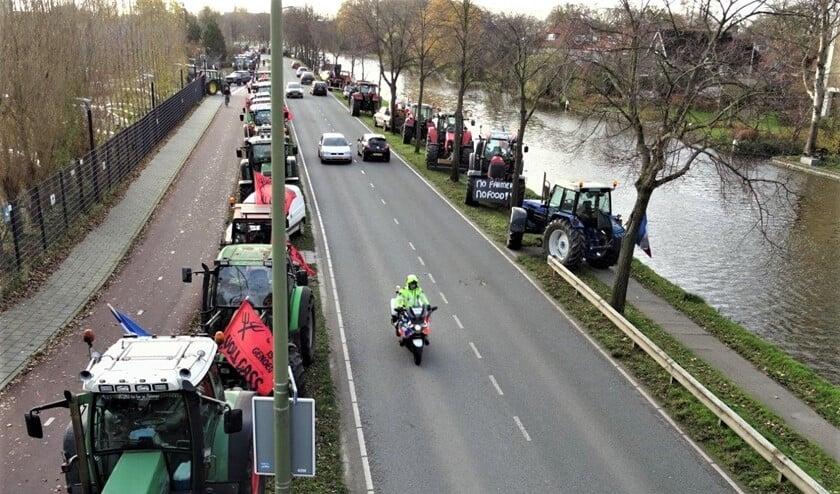 <p>Langs de hele Westvlietweg stonden tractoren geparkeerd (foto&#39;s: Ap de Heus).</p>