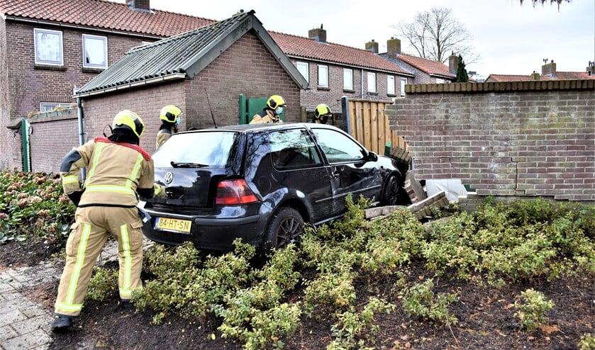 <p>De auto reed op de Damhouderstraat door het muurtje en kwam tot stilstand in een tuin, waarbij ook een schuur beschadigd raakte (foto: Sebastiaan Barel).</p>