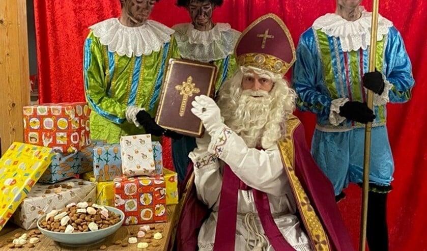 <p>Sint kwam met zijn pieten toch nog even op bezoek in wijkgebouw De Boot in Damsigt en had over alle kinderen wel wat te vertellen (foto: pr).</p>
