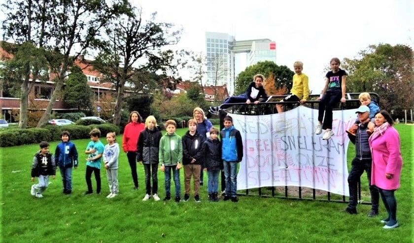 <p>Bewoners en hun kinderen willen in Voorburg West geen tram door hun buurt en over of langs hun veldje (archieffoto Ap de Heus).</p>