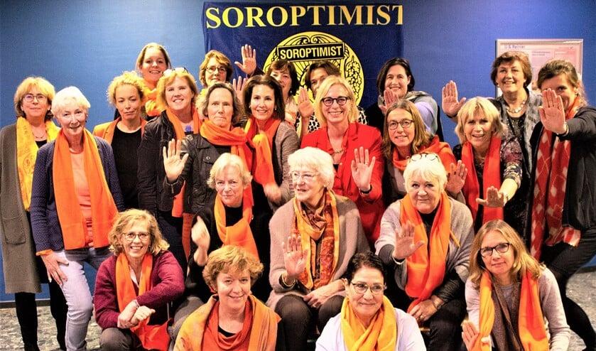 <p>Oranje is de kleur van compassie, mededogen en vriendelijkheid. De Soroptimisten dragen alle slachtoffers van geweld een warm hart toe. </p>