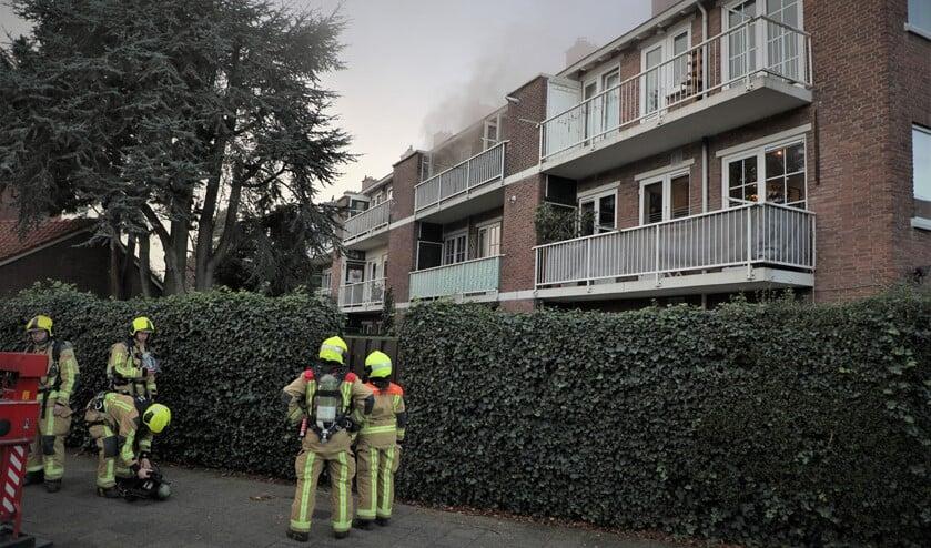 <p>Bij aankomst van de brandweer kwam er veel rook uit de woning (foto: Rene Hendriks).</p>