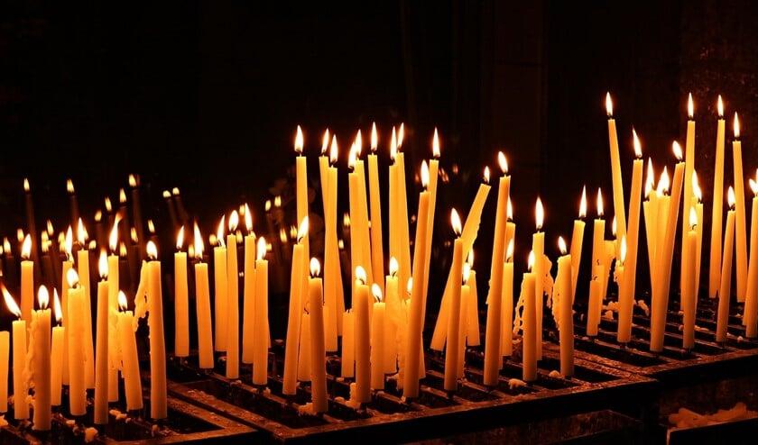 <p>Men kan stilstaan bij dierbaren die u hebt verloren door namen of een gebed achter te laten, of een kaarsje aan te steken. </p>
