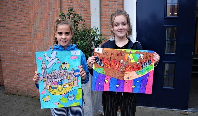 <p>Vicky Bus (l.) en Dunya van Beem met hun posters (foto: pr). </p>