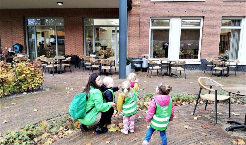 <p>De kinderen van Kinderopvangorganisatie Norlandia en de ouderen in Vliethoft zwaaiden enthoust naar elkaar (foto pr.).</p>
