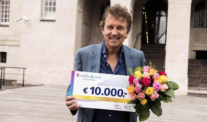 <p>BankGiro Loterij-ambassadeur Robert ten Brink met de cheque van 10.000 euro (foto: Jurgen Jacob Lodder).<br><br></p>