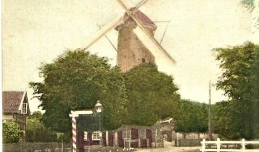 <p>De Voorburgse korenmolen aan de Achterweg, nu Parkweg (archieffoto).</p>