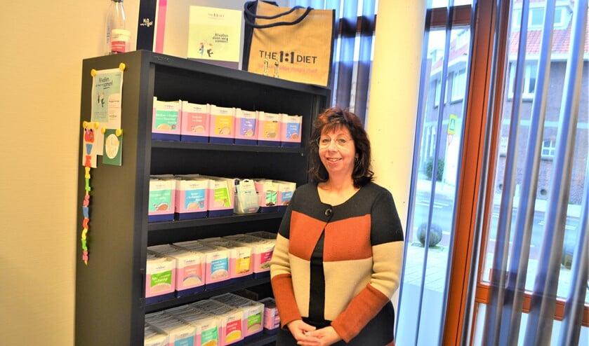 <p>Heleen Gabriel van der Linden voor de kast met de 1 op 1 dieetproducten (foto: Inge Koot). </p>