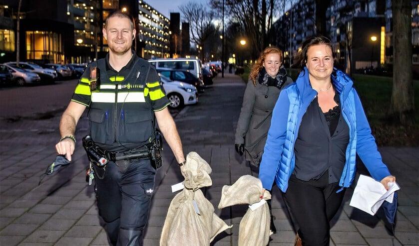 <p>Onder andere wijkagent Robin Hoogervorst en wethouder Nadine Stemerdink hielpen bij de bezorging van de pakjes voor Sintvoorieder1 (foto: Paul Voorham).</p>