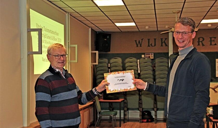 <p>De overhandiging van de 1e prijs, een jaarabonnement op Groei & Bloei, door voorzitter Jan Blokland aan Patrick Tol (foto&#39;s: pr Groei&Bloei).</p>