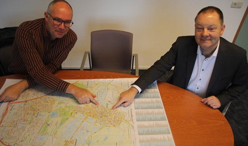 <p>Projectleider Erik Bulten en wethouder Frank van Kuppeveld met de kaart van Pijnacker. Ze wijzen Klapwijk aan als een zeer geschikte wijk voor aardwarmte.</p>