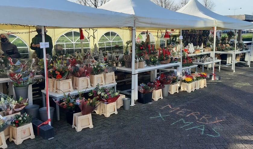 <p>Er kunnen op de parkeerplaats bij het tuincentrum GroenRijk De Wilskracht wel boeketten in kerststijl, allerlei fraaie kerststukjes en kerstbomen worden gekocht. Foto&#39;s: pr </p>