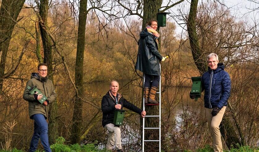 <p><em>Ophangen van het 75<sup>e</sup> nestkastje in Vlietland: De twee gedeputeerden, Anne Koning ( op de ladder) en Berend Potjer ( r.), geflankeerd door de voorzitters van de Vogelwacht Delft (l.) en van de Vereniging Vrienden van Vlietland&nbsp;</em>(foto: pr PZH).</p>