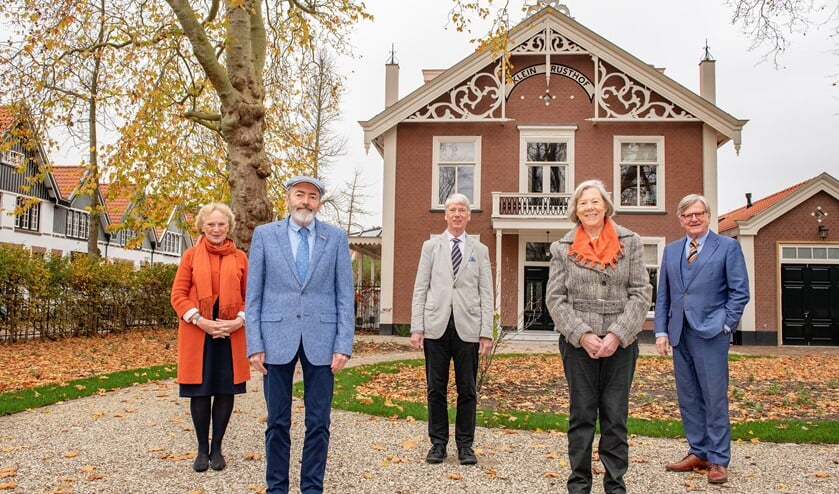 <p>Bestuur Stichting Erfgoed Prinses Marianne voor de voormalige villa van Prinses Marianne aan het Oosteinde in Voorburg (foto: Ronald Meekel).</p>