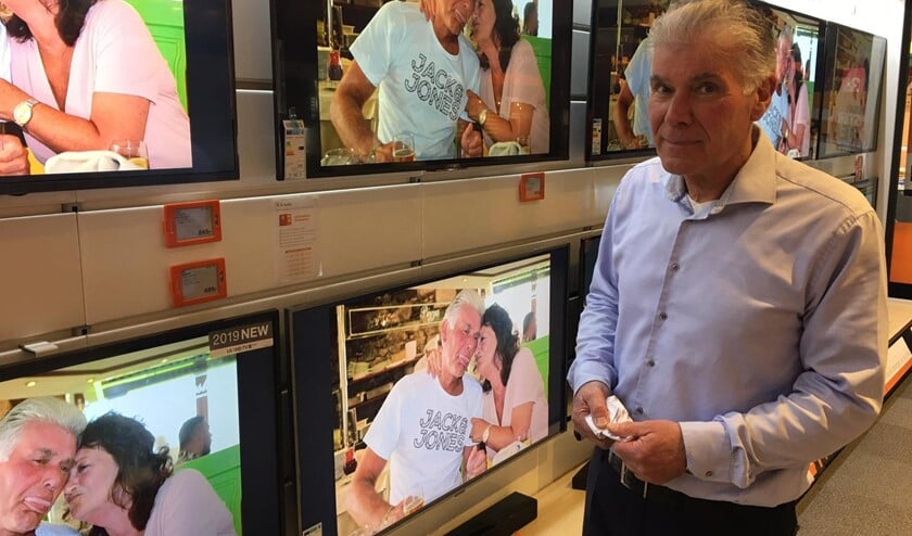 Het pensioen van Ed is groot nieuws op de schermen in de winkel.