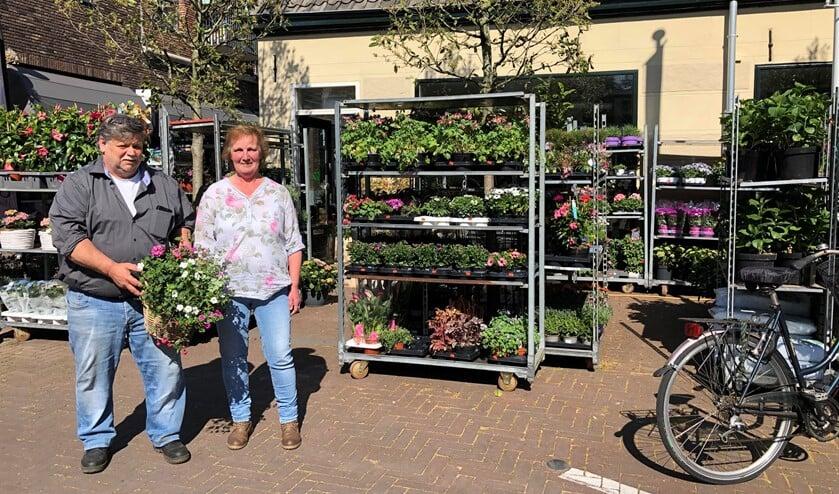 Piet en Gerda voor de gezellige winkel aan de Kerkweg in Pijnacker. Er zijn volop bloemen en planten!