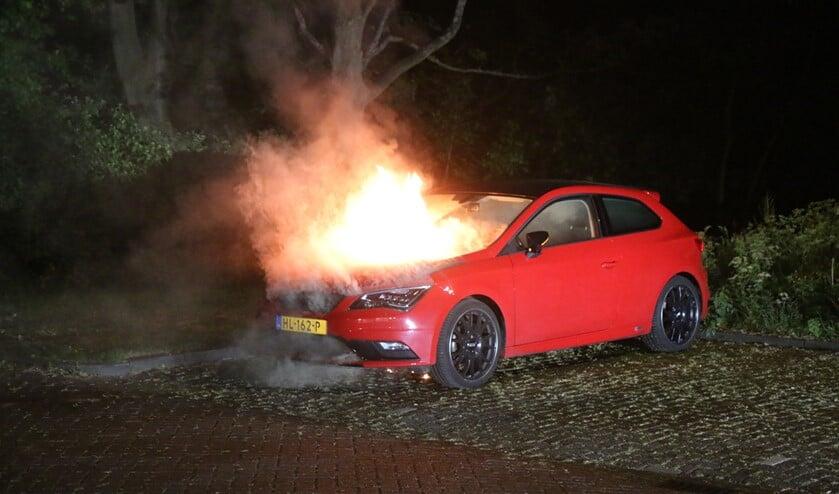 De auto in brand aan de Prins Frederiklaan in Leidschendam vannacht (foto: Nick van Mourik; Regio15).