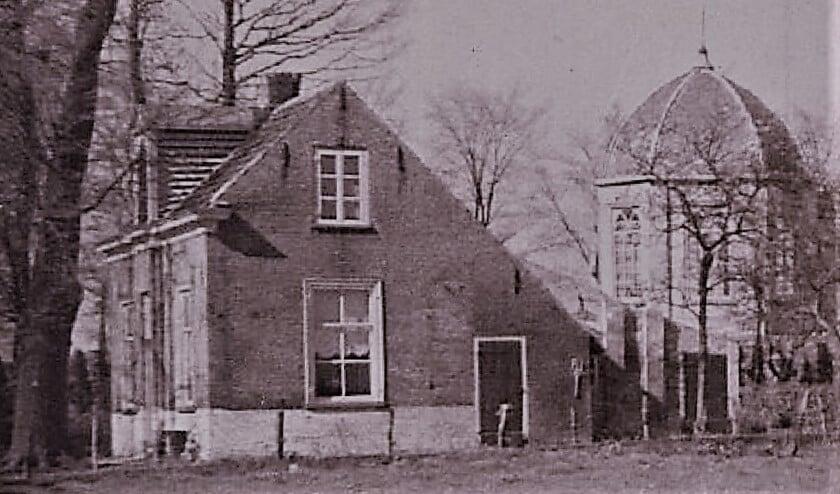 Doodgraverswoning met kapel te Veur circa 1920.