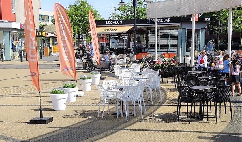 Het terras van Zinn op het Koningin Julianaplein in Voorburg (foto: Ap de Heus).