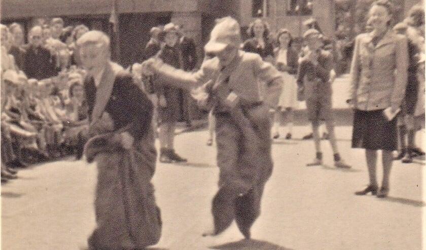 Georg J. Groenveld (links) tijdens een wedstrijd zaklopen onderweg naar de eindstreep.