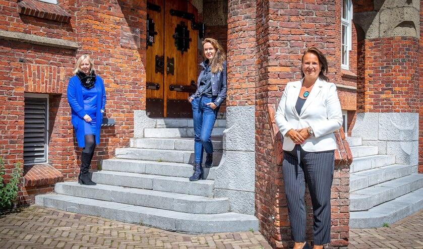 Wethouder Economie Astrid van Eekelen (links), voorzitter MKB Leidschendam-Voorburg Benedikte Zijlstra (midden) en wethouder Werk en Inkomen Nadine Stemerdink (rechts) (foto: Paul Voorham).