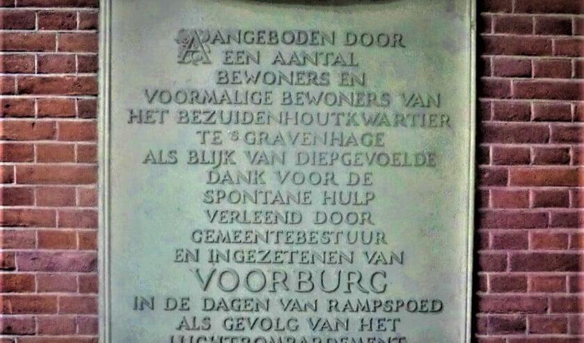 De plaquette op het bordes van het Voorburgse raadhuis in de Herenstraat.