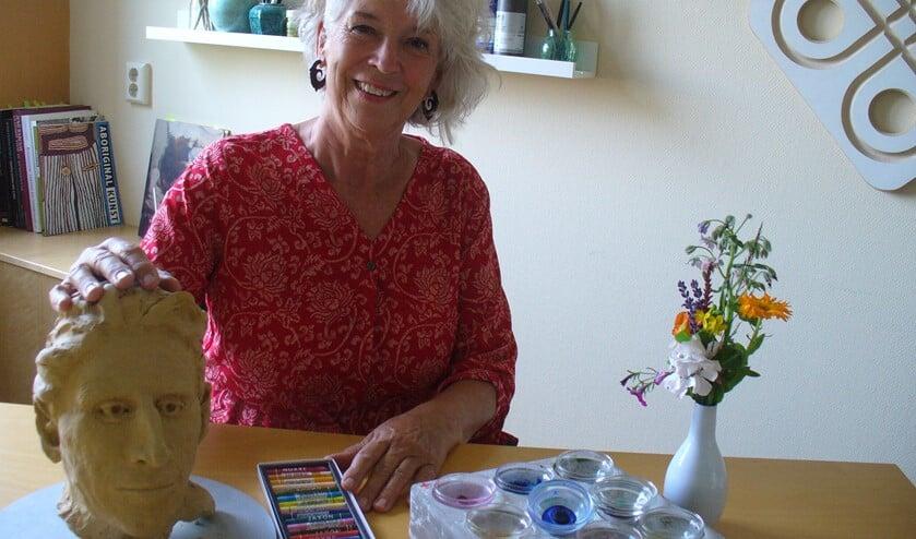 Thea Hoogstraaten helpt mensen door middel van kunstzinnig therapie.