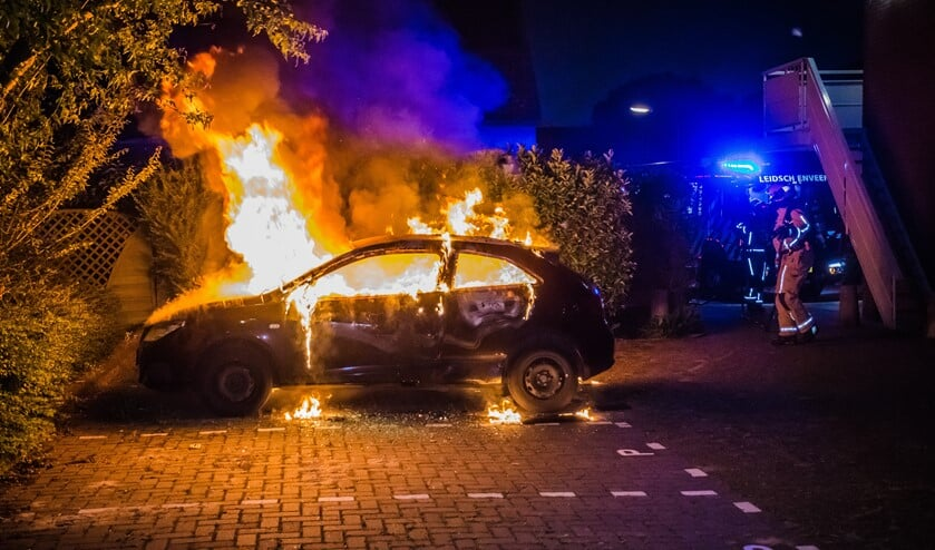 Brandende auto op de Valkhof in de wijk Nieuw-Duivenvoorde in Leidschendam (foto: Sebastiaan Barel/Regio15).