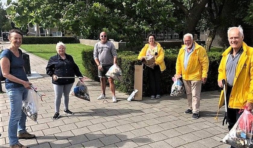 Buurtbewoners Cornel Spijkerboer en Alma van der Korp met Hans Peter Klazenga en andere leden van GBLV (foto: GBLV).