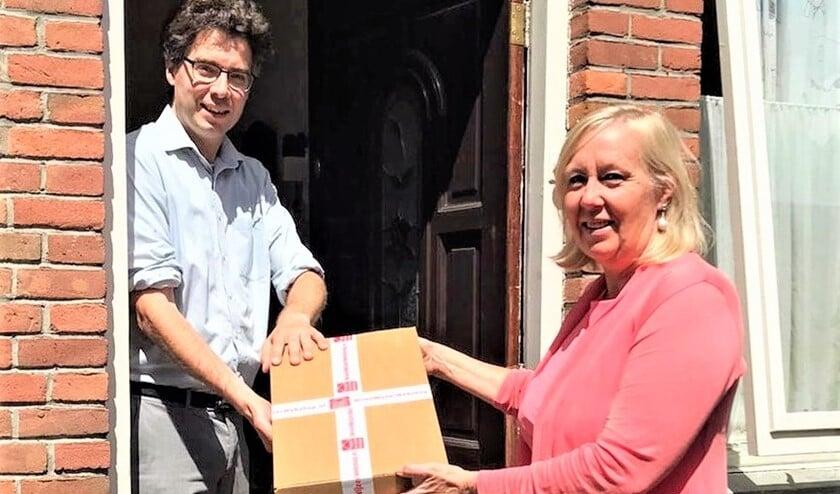 Wethouder Astrid van Eekelen bezorgt een energiebesparende WoonWijzerBox bij de familie Van der Zwan in Voorburg (foto: gemeente LV).