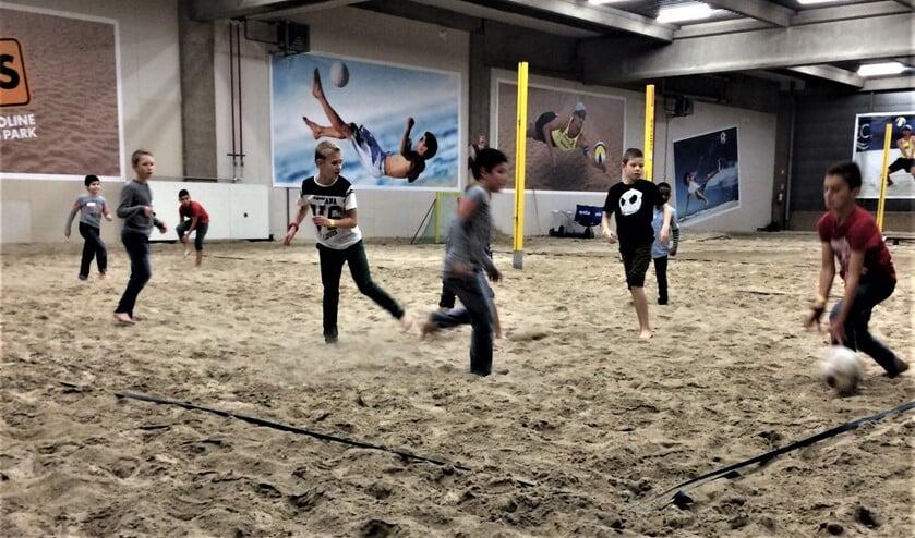 De groep gaat trampolinespringen, beachballen en pizza & poffertjes eten (archieffoto Woej).