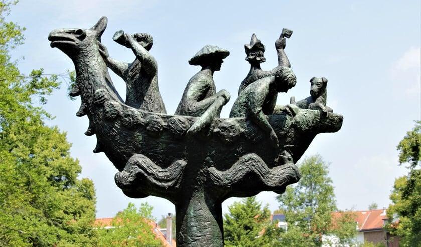Het beeld 'Spelevaren' van Gerard van Remmen aan de Noordenburglaan in Park 't Loo te Voorburg (foto: Marian Kokshoorn).