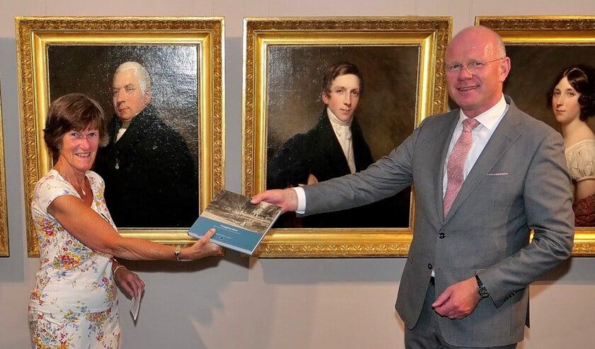Burgemeester Tigelaar ontving vrijdagmiddag uit handen van Frouwke de Boer een exemplaar van het boek over de geschiedenis van park Vreugd en Rust (toto: Ot Douwes).
