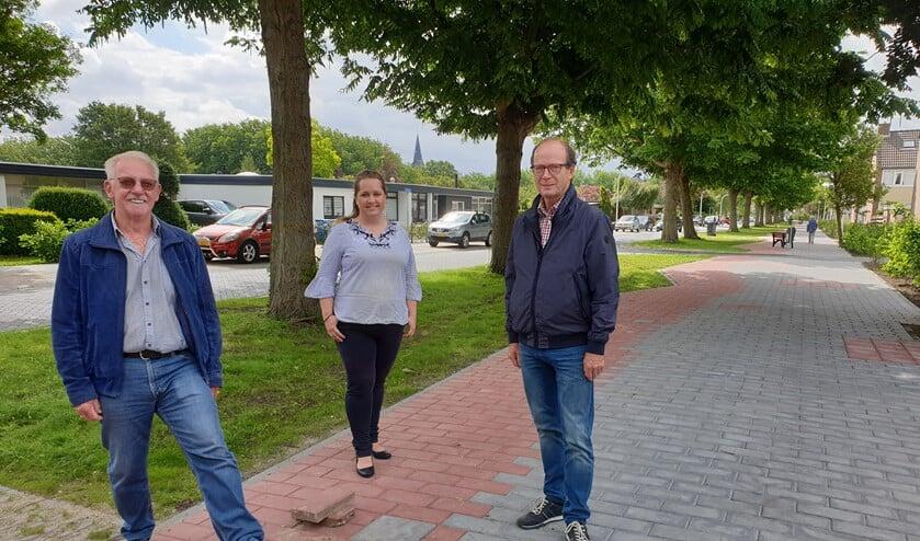 Koos van der Elst, Joop van den Berg en Ilona Jense zijn blij dat de klus geklaard is.