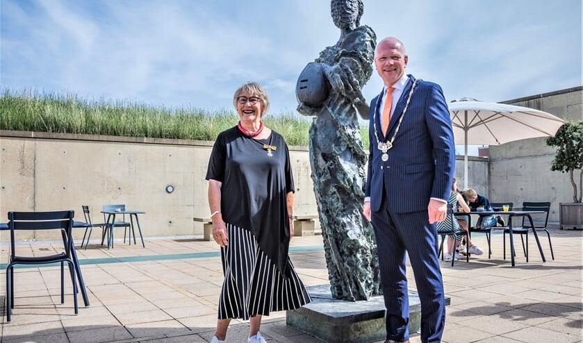 Mevrouw A.E.D.J.M. Schwartz-van der Schot kreeg door burgemeester Klaas Tigelaar een Koninklijke onderscheiding uitgereikt in museum Beelden aan Zee in Den Haag (foto: Sebastiaan Barel).