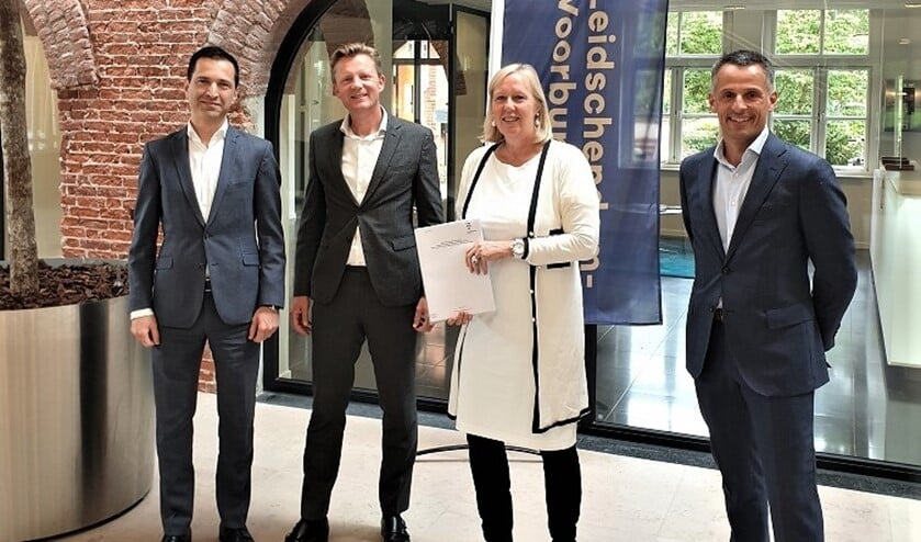 V.l.n.r. Afshin Nazerian en Enno Otten (Borghese Real Estate), wethouder Astrid van Eekelen en Jeroen van der Ven (gemeente Leidschendam-Voorburg).