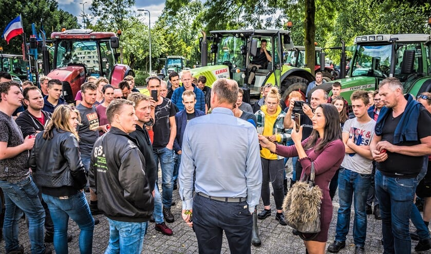 Boerenprotest bij het Centraal Bureau Levensmiddelenhandel (CBL) aan de Overgoo in Leidschendam (foto: Sebastiaan Barel).