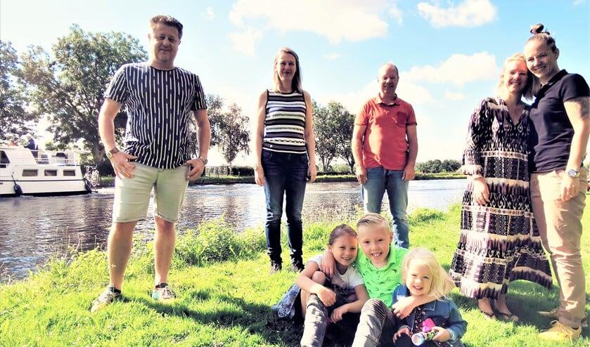 De Tiny House initiatiefnemers: John, Myra, Erwin, Marloes en Sabine met kinderen (tekst/foto: Inge Koot).