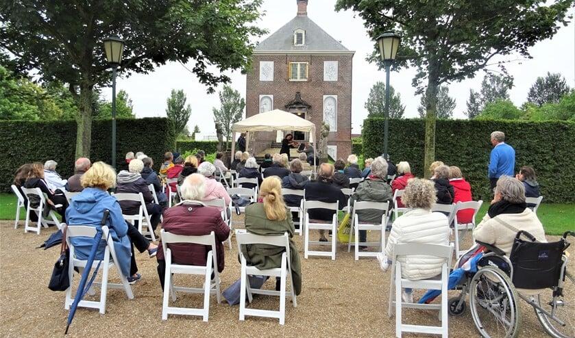 Ademloos werd, tegen de achtergrond van de voormalige buitenplaats van Constantijn en Christiaan Huygens, geluisterd naar bijzondere composities (foto: Ap de Heus).
